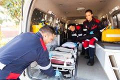 Person med paramedicinsk utbildningbårambulans Royaltyfri Fotografi