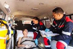 Person med paramedicinsk utbildningpatientambulans Royaltyfri Bild
