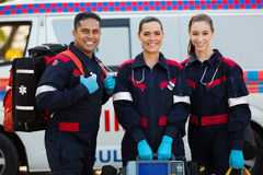 Person med paramedicinsk utbildningportableutrustningar Royaltyfri Fotografi