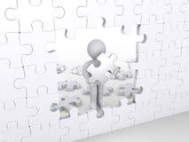 Person mit dem Puzzlespielstück ungefähr, zum des Puzzlespiels abzuschließen Lizenzfreies Stockfoto