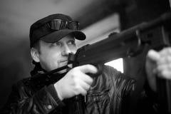 Person mit der Waffe Lizenzfreie Stockbilder