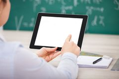 Person mit digitalem Tabletten- und Studentenzubehör Stockbild
