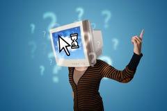 Person mit einem Monitorkopf und -wolke basierte Technologie auf dem Störungsbesuch Stockfotos