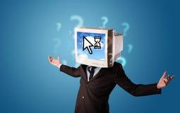 Person mit einem Monitorkopf und -wolke basierte Technologie auf dem Störungsbesuch Stockbilder
