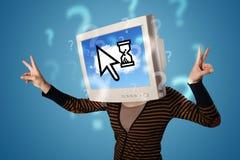 Person mit einem Monitorkopf und -wolke basierte Technologie auf dem Störungsbesuch Lizenzfreie Stockfotografie
