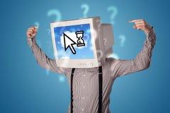 Person mit einem Monitorkopf und -wolke basierte Technologie auf dem Störungsbesuch Stockbild