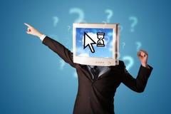 Person mit einem Monitorkopf und -wolke basierte Technologie auf dem Störungsbesuch Lizenzfreie Stockfotos