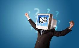 Person mit einem Monitorkopf und -wolke basierte Technologie auf dem Störungsbesuch Lizenzfreies Stockfoto