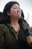 Person mit Mikrofon am Trumpf-Protest Stockbilder