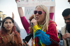 Person mit Mikrofon am Trumpf-Protest Lizenzfreie Stockfotografie