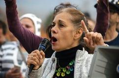 Person mit Mikrofon am Trumpf-Protest Lizenzfreie Stockbilder