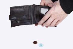 Person mit sehr wenig links in ihrer Geldbörse Stockbild