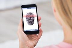 Person With Mobile Phone Showing-Fingerabdruck-Scanner Stockbild
