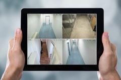 Person Monitoring Cameras Live View auf den Tablets Lizenzfreies Stockbild