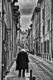 Person på den franska gatan royaltyfri bild