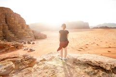 Person på en överkant av berg i en öken Solnedgångsikt Natur Det turist- folket tycker om ett ögonblick i en natur Wadiromnationa arkivfoto