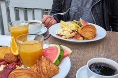 Person på en frukosttabell royaltyfria bilder