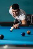 Person Playing Snooker joven Imagenes de archivo