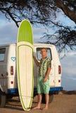 Person Posing met Surfplank Stock Afbeeldingen