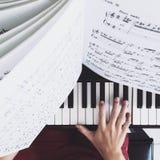 Person Practicing il piano fotografia stock