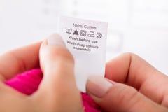 Person Reading The Clothing Label images libres de droits