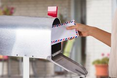 Person Removing Letter From Mailbox lizenzfreie stockfotos