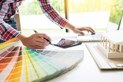 Person& x27; s工程师手在赞成方案或工作的图画计划 免版税库存图片