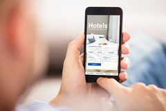 Person Searching Online Low Prices-Hotels royalty-vrije stock foto's
