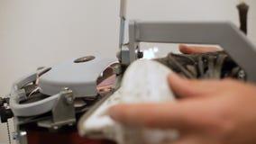Person Sharpens Skate Blade con el primer de la máquina-herramienta que muele almacen de video