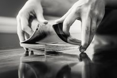 Person Shuffling ein Kartenstapel Lizenzfreie Stockbilder