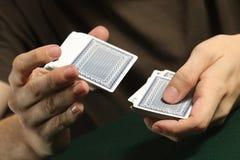 Person Shuffling una cubierta de tarjetas fotografía de archivo libre de regalías