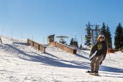 Person Snowboarding em Ski Resort (montanha do galo silvestre) Foto de Stock