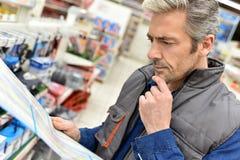 Person som ägnar sig åt handeldanandeinventarium på billagret Arkivfoto