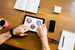 Person som använder en minnestavla med utbildningssymboler på skärmen Fotografering för Bildbyråer