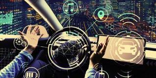 Person som anv?nder en bil i autopilotfunktionsl?ge royaltyfri fotografi