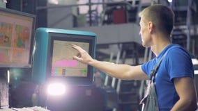 Person som arbetar i ett tryckkontor, slut upp stock video