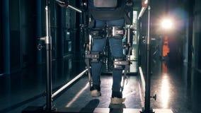 Person som bär den robotic medicinska apparaten, medan vända på ett specialt spår arkivfilmer