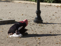 Person som ber i Plaza för Baltimore krigminnesmärke royaltyfri foto
