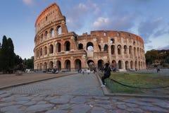 Person som fotograferar Colosseumen Arkivbild