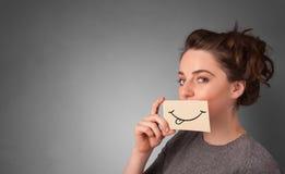 Person som framme rymmer av hennes mun ett kort arkivfoto