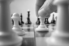 Person som gör en schackflyttning Royaltyfri Foto