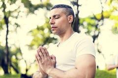 Person som gör yoga på parkera arkivfoto