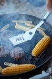 Person som lagar mat nya havre och små pastejer på en BBQ Royaltyfri Foto