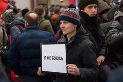 Person som protesterar på mars i minne av Nemtsov Royaltyfria Foton