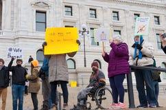 Person som protesterarlönelyfttecken på Kapitoliummoment Arkivfoto
