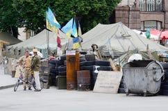 Person som protesterartält med barrikader på Maydan Nezalezhnosti, Kiev Royaltyfri Fotografi