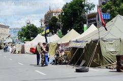 Person som protesterartält med ukrainska flaggor på den Khreshatyk gatan, Kiev Royaltyfri Fotografi