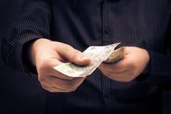 Person som räknar bestämt belopp pengar Arkivbild