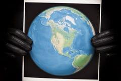 Person som rymmer ett foto av jorden fotografering för bildbyråer