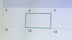 Person som skriver stopptid i kalenderapplikationen, projekttimeline, veckorapporter stock video